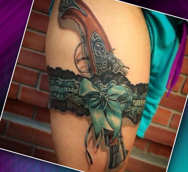 Женская татуировка на бедре пистолет с чулками