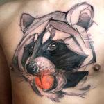Татуировка с енотом на груд