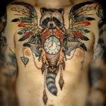 Татуировка с енотом на груди