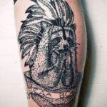 Татуировка с енотом на ноге