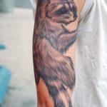 Татуировка с енотом на руке
