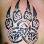Тату лапки в кельтском стиле