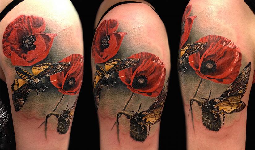 Реалистичная татуировка с маками и бабочкой