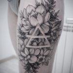 Черно белая татуировка пионов