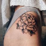 Черно белая татуировка пионов на бедре