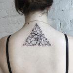 Черно белая татуировка пионов в треугольнике
