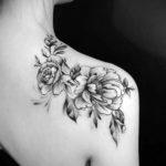 Черно белая татуировка пионов на плече