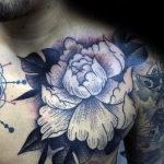 Черно белая татуировка с пионами у мужчины