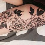 Черно белая татуировка пионов на ноге
