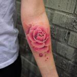 Татуировка с пионами на предплечье