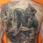 Тату богатыря верхом на коне убивающего дракона