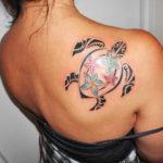 Тату черепаха Полинезия с цветами