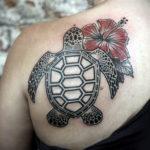 Татуировка черепахи на лопатке