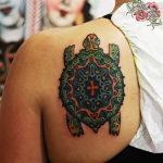 Татуировка с черепахой мандала