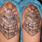 Египетская тату пирамида на плече
