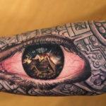 Египетская тату на руке пирамида