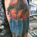 Тату коня с индейцем и перьями