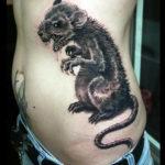 Крыса на боку, татуировка