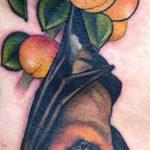 Тату летучей мыши с фруктами