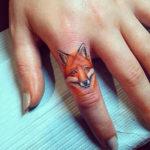 Тату лисы на пальце