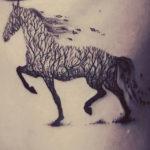Тату лошади абстракция в виде дерева