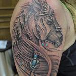 Тату головы лошади на плече