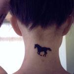 Маленькая тату лошади на шее