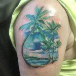 Тату пальм и океана на плече, реализм