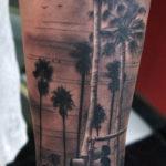 Татуировка пальм на икре