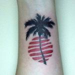 Тату пальмы и солнца на запястье, минимализм