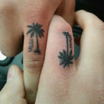 Тату с пальмой на пальце у парня