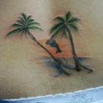 Тату пальмы у девушки на спине