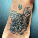 Татуировка слоника с орнаментам