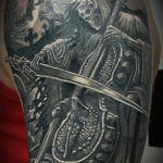 Татуировка смерть играет на контрабасе