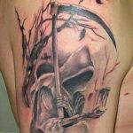 Татуировка смерть держит песочные часы