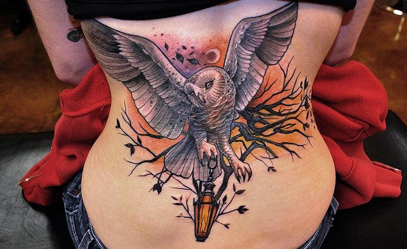 Большая татуировка совы на всю спину у девушки