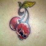 Татуировка вишни с черепом