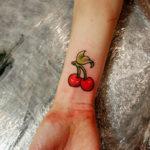 Татуировка вишни на запястье