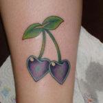 Татуировка вишни в виде сердечка