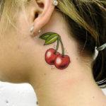 Татуировка вишни на шее
