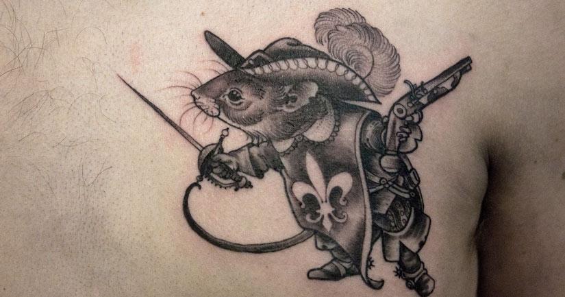 Татуировка мыши хуманизация, прямо ходячая, с шпагой как мушкетер