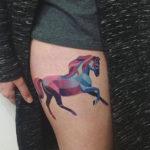 Татуировка с лошадью на бедре
