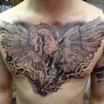 Татуировка с лошадью на грудной клетке