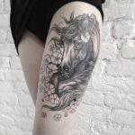Татуировка с лошадью на ноге