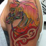 Татуировка с лошадью на плече