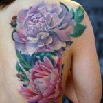 Татуировка с пионами на спине