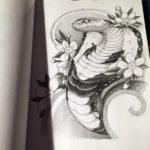 Эскиз тату кобра с цветами