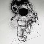 Эскиз тату космонавта на фоне земли