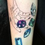 Тату рука кидающая россыпь алмазов