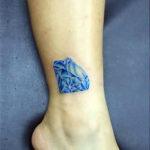 Тату синий алмаз на ноге